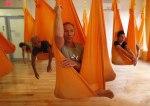 Yoga antigravitațională. Ce este și cu ce semănâncă.